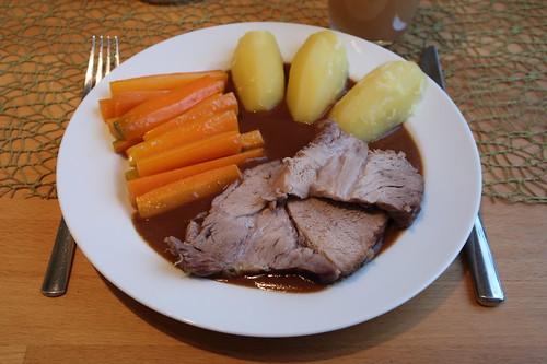 Schweinebraten mit viel Soße, Salzkartoffeln und Möhrensticks