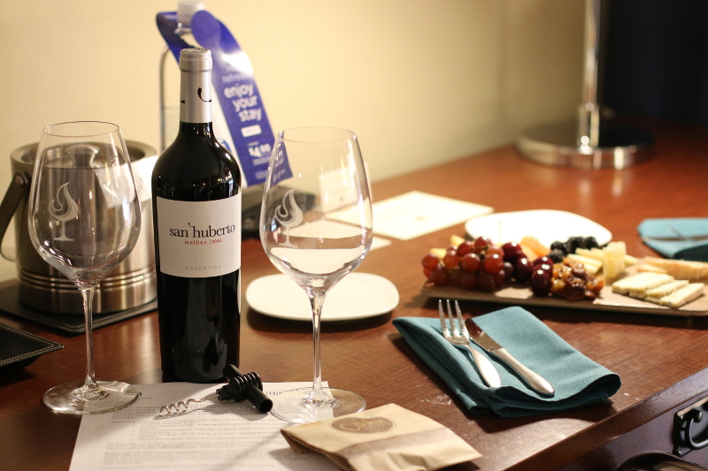 doubletree-hilton-cranberry-hotel-room-wine-cheese-7
