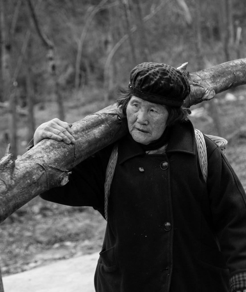 P4-扛木头的妇人。