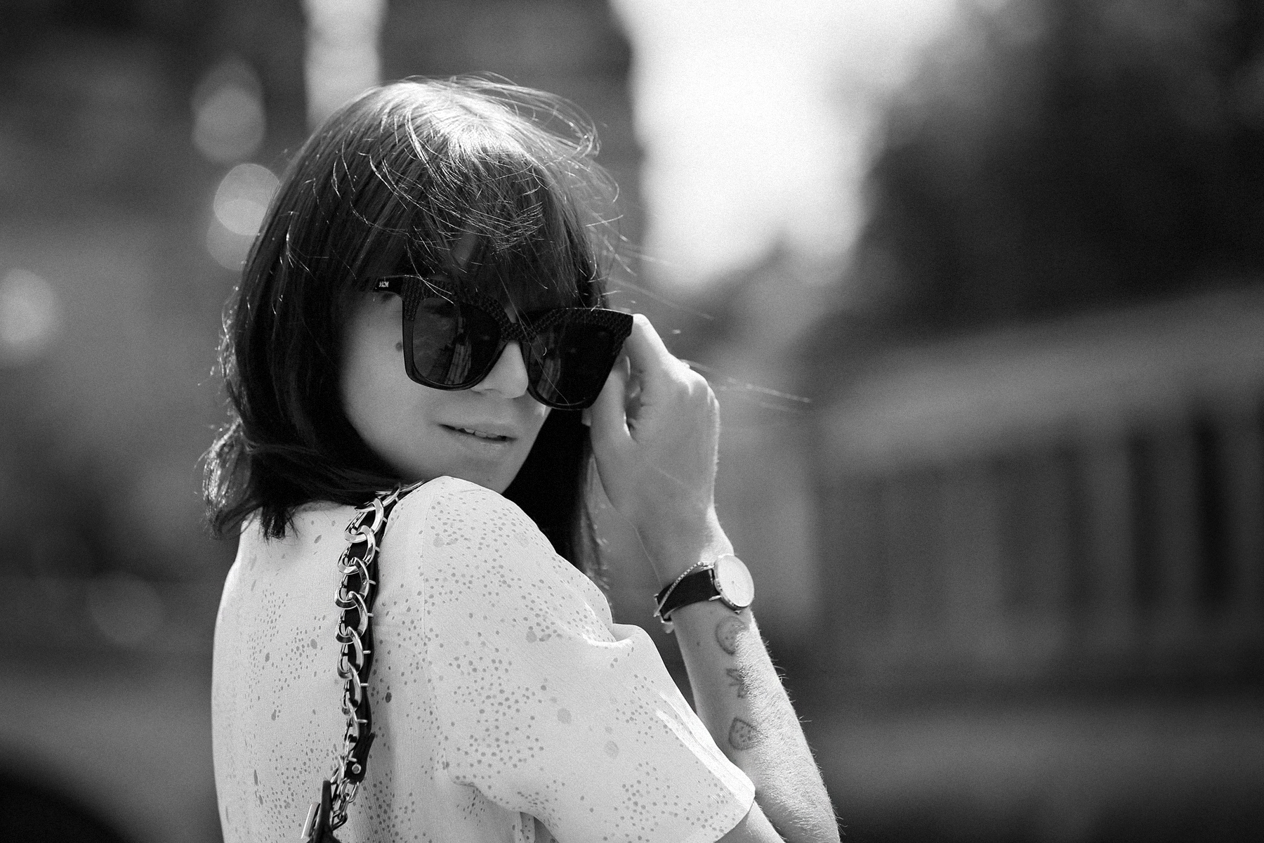 outfit berlin dom museumsinsel denim white blouse parisienne mbym jeanne damas style bangs brunette chic look outfitblogger breuninger loewe joyce bag mcm sunglasses summer german fashion blogger cats & dogs modeblog ricarda schernus max bechmann foto 6