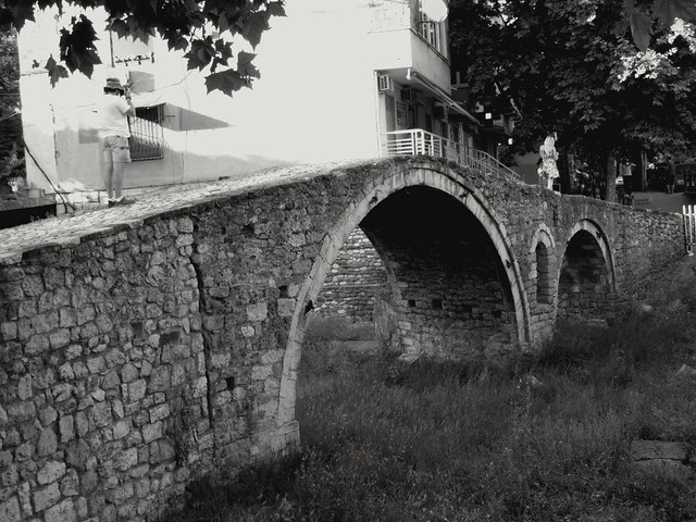 Cet homme photographie t il vraiment le vieux pont Ottoman? Is this man really taking pictures of the old ottoman bridge ?