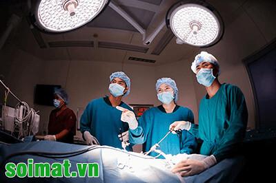 Các bác sỹ đang thực hiện phầu thuật cắt túi mật nội soi