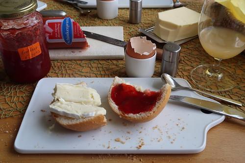 Brie (von der Käsetheke im Edeka) und Erdbeermarmelade (von meiner Mutter) auf Brötchen