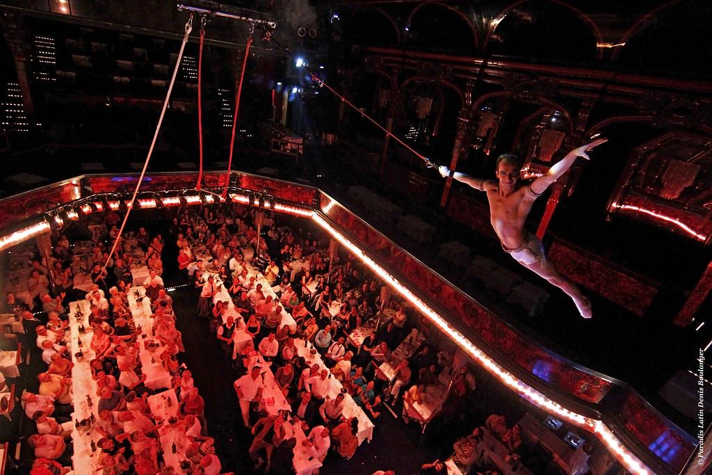· Acrobacias aéreas en el cabaret Paradis Latin ·
