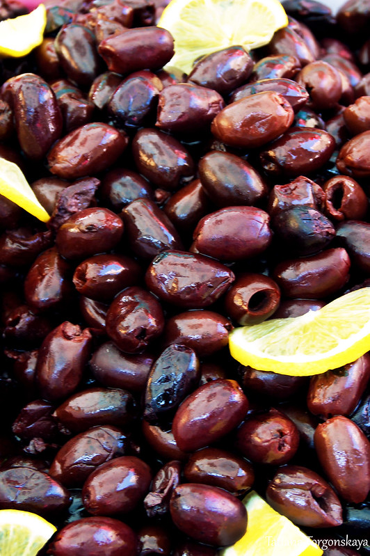 Темные оливки с лимоном