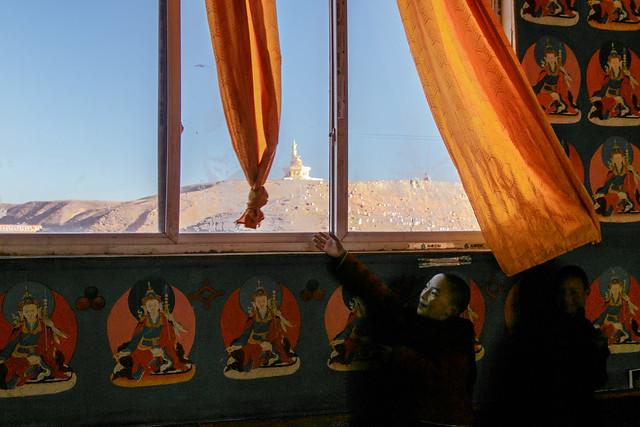 Little nuns trying to show us outside view, Yarchen Gar アチェンガルゴンパ 外の景色を見せようとカーテンをよけてくれる尼僧たち