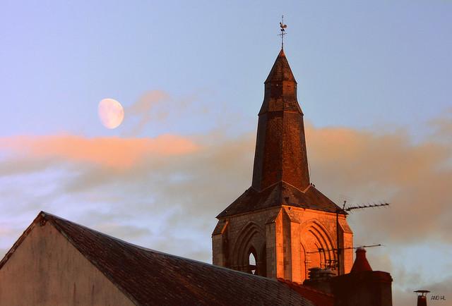 soleil couchant sur le clocher de l'église de Bonny s/Loire