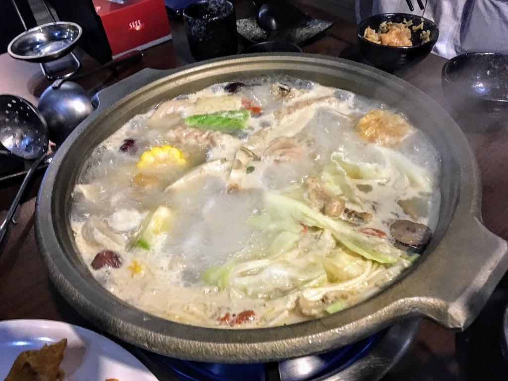 大熱天,吃個火鍋好像是熱上加熱XD 不過因為老妹買的餐卷用到月底,還是要來用掉啊...
