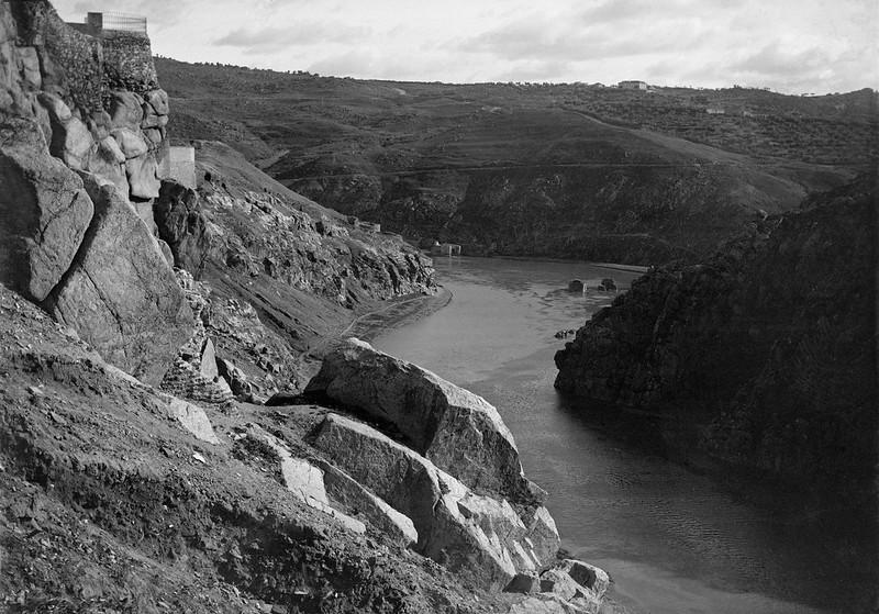 Río Tajo y Roca Tarpeya de Toledo en 1905. Fotografía de Serafín Mainou. Colección de Juan Modolell