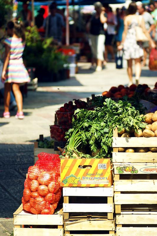 Прилавок с свежими овощами