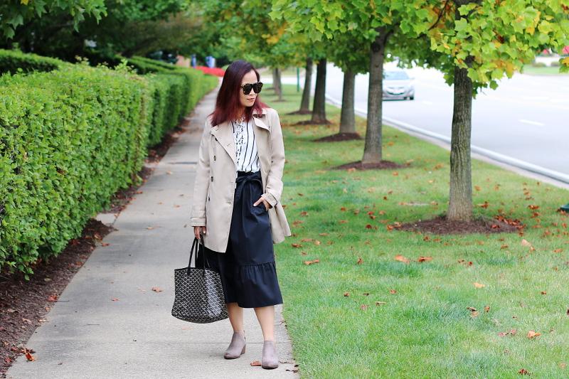 trench-coat-stripes-midi-skirt-boots-goyard-tote-3