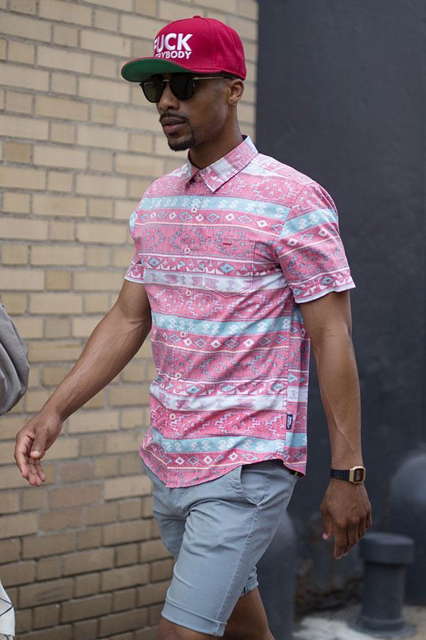 マゼンダキャップ×ピンク系半袖柄シャツ×ライトグレーショートパンツ