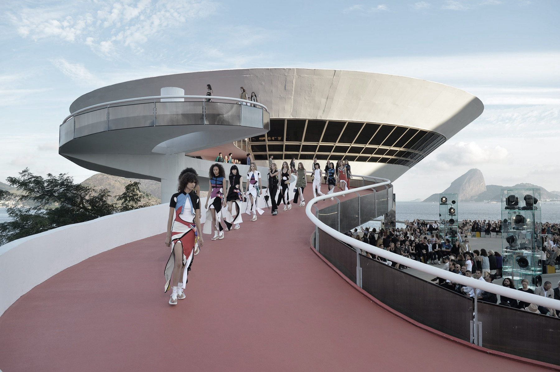 promenade architecturale fashion somethingfashion blogger spain valencia, architecture and fashion window dressing dior chanel catwalks niemeyer karl lagerfeld