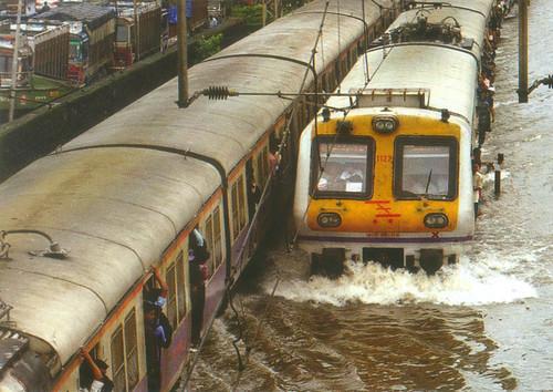 मुंबई का रेल नेटवर्क भी बाढ़ से प्रबावित हुआ था