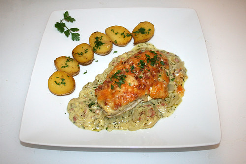 57 - Onion chicken with rosemary potatoes - Served / Zwiebelhähnchen mit Rosmarinkartoffeln - Serviert