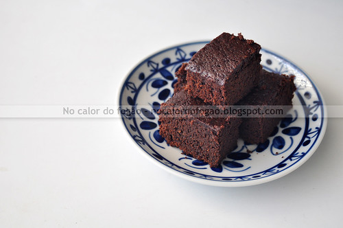 Bolo-brownie de chocolate adoçado com golden syrup