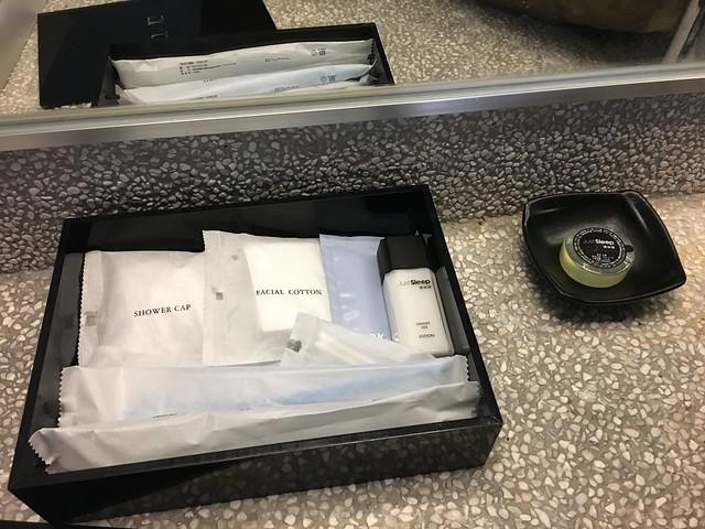 備品,有乳液、牙刷、刮鬍刀、浴帽、香皂等等,不過奇怪的是髮束要到地下室裸湯才有得拿,房間沒給@宜蘭捷絲旅礁溪館