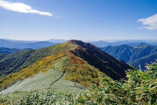 笠ヶ岳登攀途中に振り返って白毛門