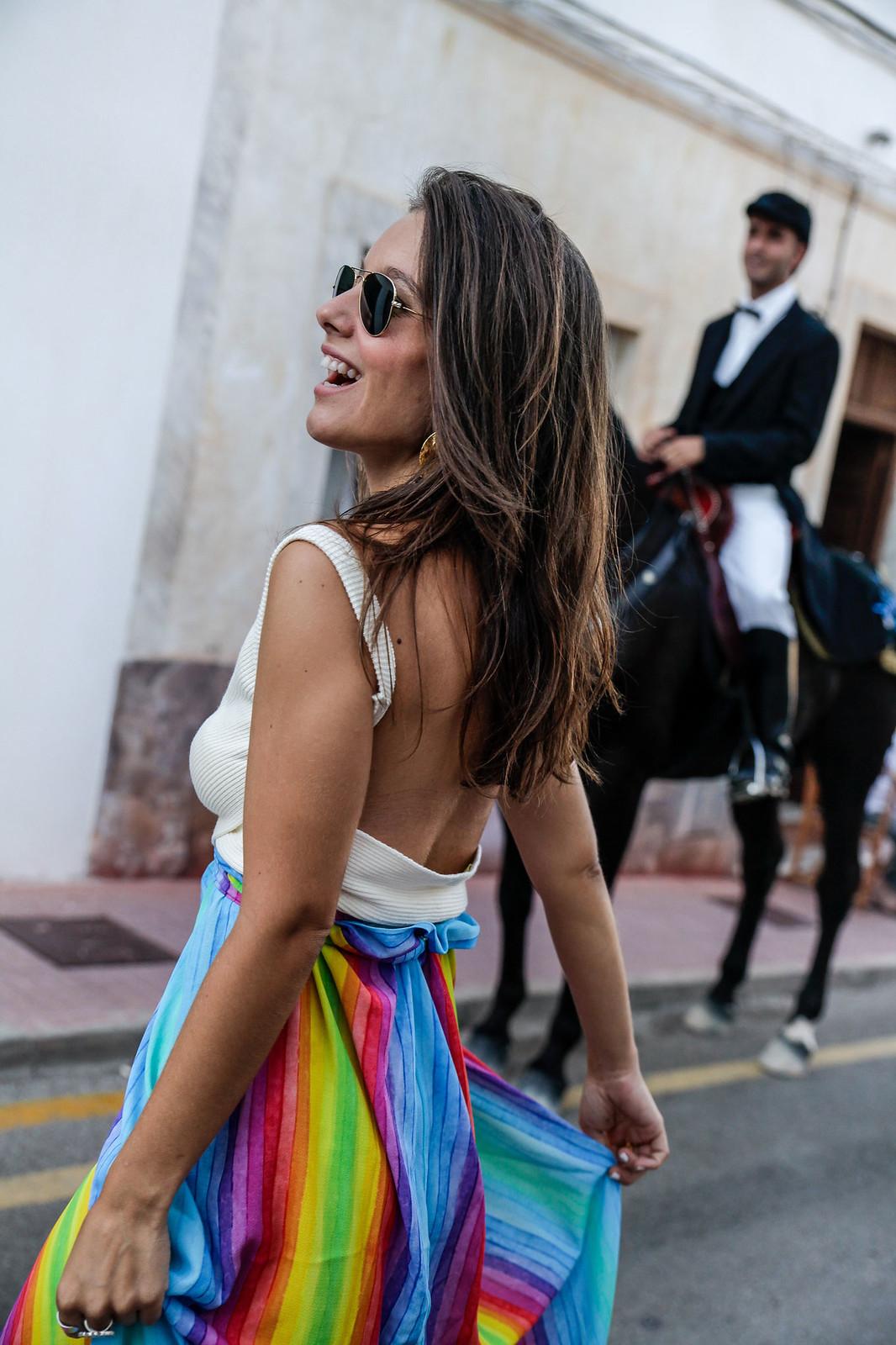 03_falda_arcoiris_top_crudo_look_fiestas_menorca_verano_theguestgirl_fashion_blogger_minorca_summer_laura_santolaria_rayban_sunglasses