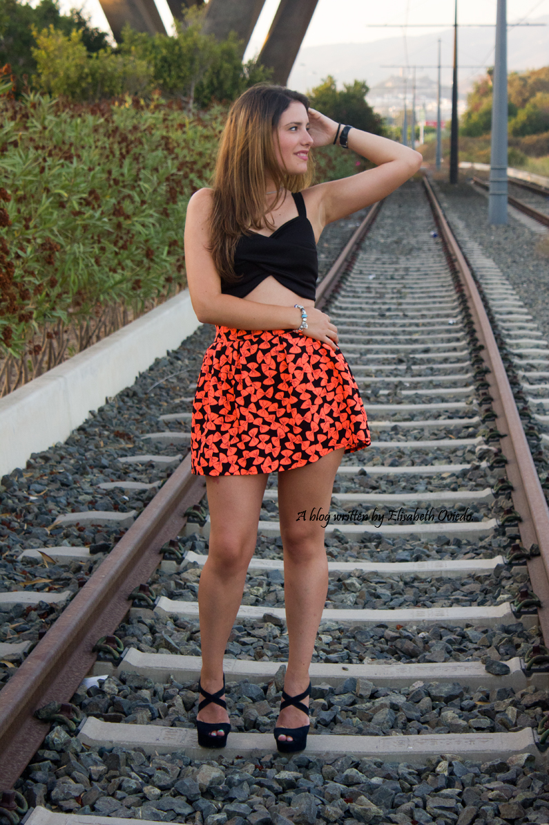 falda estampado flúor tacones negros marypaz heelsandroses elisabeth oviedo blogger barcelona malagueña (4)
