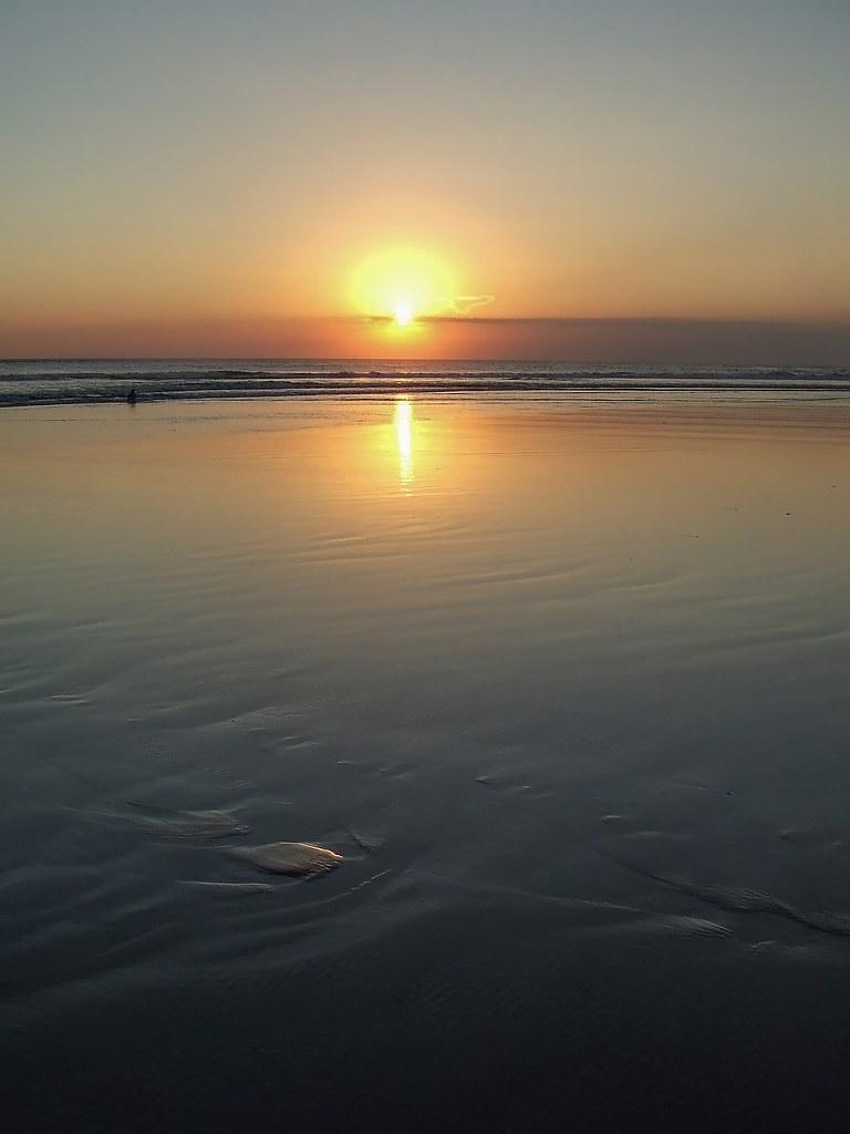 Sur la plage abandonnée. 36996668422_71a8475e2c_b