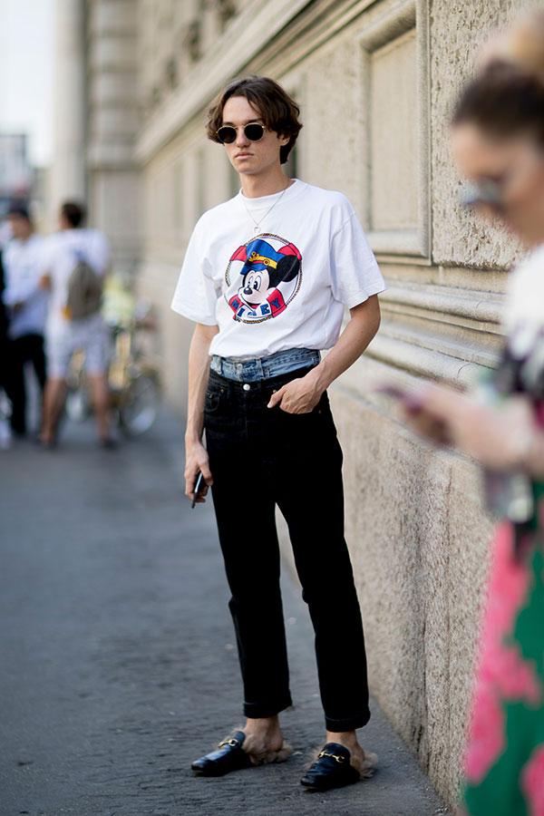 白ミッキー Tシャツ×レイヤードデニムパンツ×GUCCIファー付きビットローファー