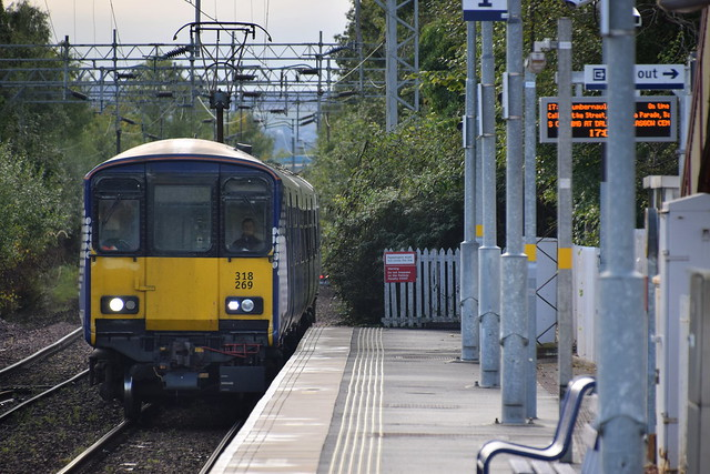 318 619 arriving in Bowling from Helensburgh on the Cumbernauld Service