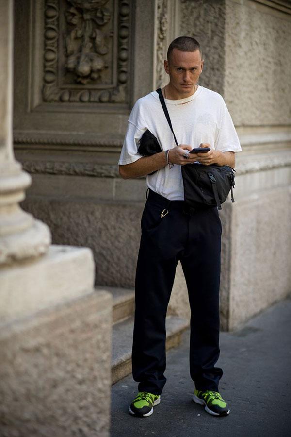 白無地Tシャツ×黒パンツ×ライムグリーンスニーカー