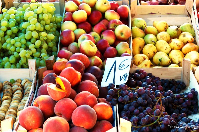Прилавок с свежими фруктами