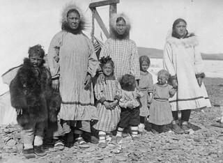 Mackenzie Inuit family on Banks Island, Northwest Territories / Famille inuite sur l'île Banks, près du fleuve Mackenzie (Territoires du Nord-Ouest)
