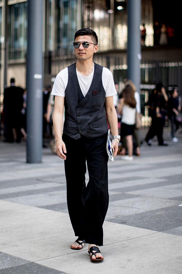 白無地Tシャツ×黒ダブルジレ×黒パンツ×黒サンダル