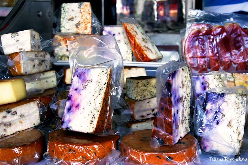 Ассортимент сыров с добавками