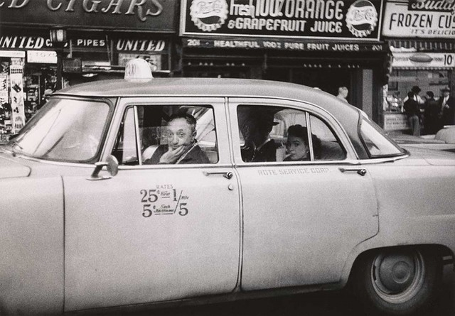 Taxicab driver at the wheel with two passengers, N.Y.C. 1956 Gelatin silver print. The Metropolitan Museum of Art. © The Estate of Diane Arbus, LLC. Todos los derechos reservados.