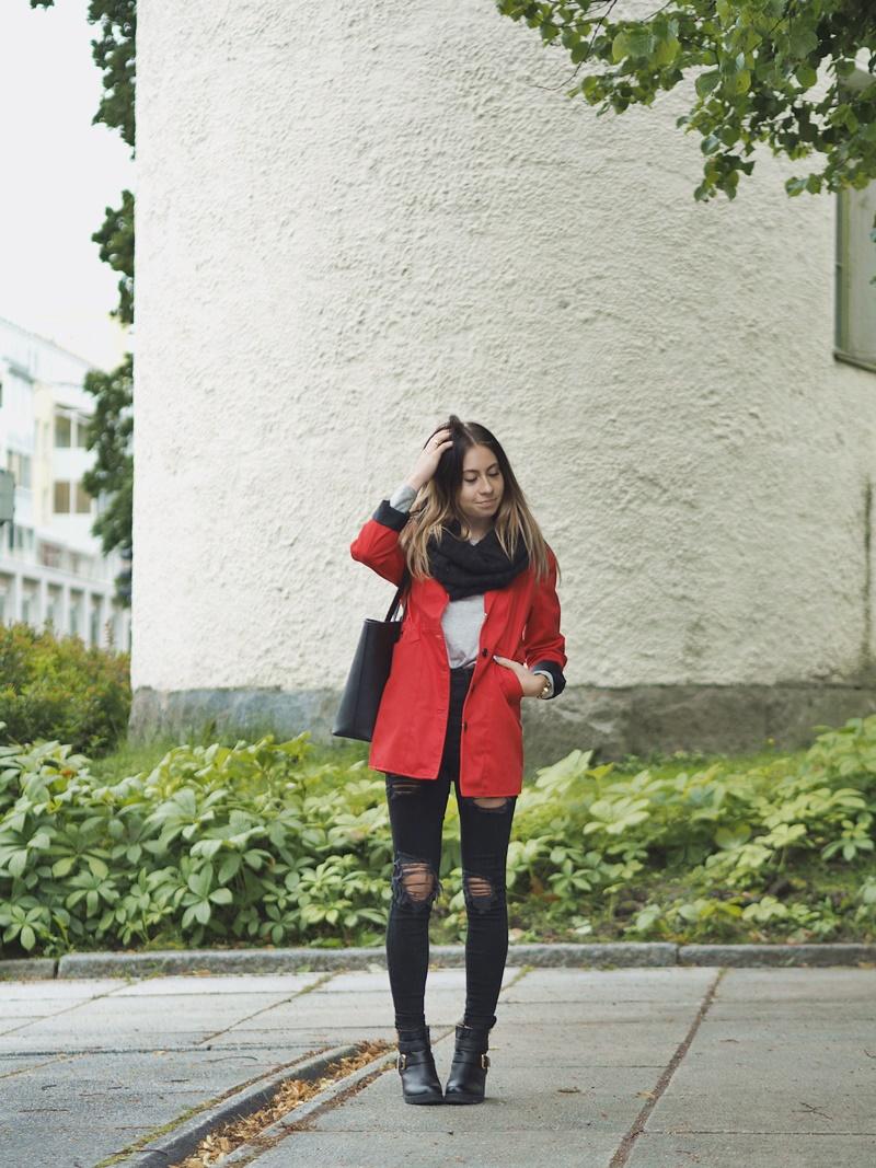 red-trech-coat-punainen-trenssi