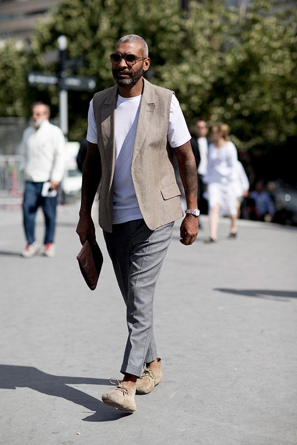ベージュノースリーブジャケット×白無地Tシャツ×グレースラックス×ベージュスエードチャッカブーツ