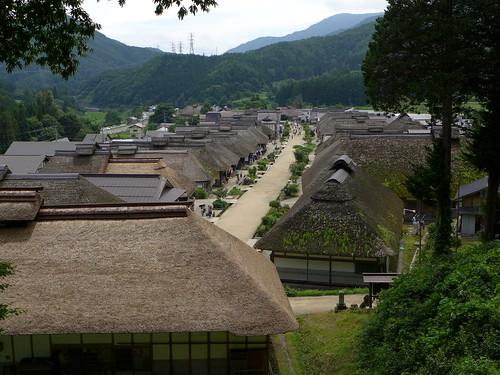 旧宿場町の街並みが保存され、茅葺き屋根の建物が並ぶ大内宿