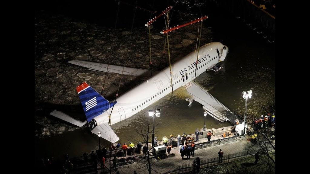 Kapal Terbang  Yang Terpaksa Melakukan Pendaratan Cemas Di Dalam Sungai Hudson.