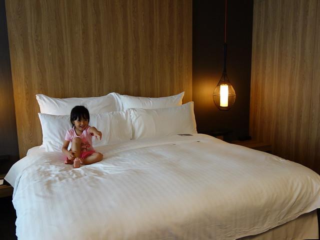 一到飯店就看電視的鹿姐,床好大一張啊@高雄Hotel dùa住飯店