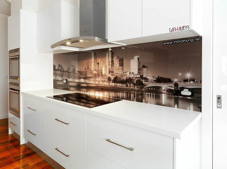 Thay vì sử dụng gạch men ốp tường bếp, những tấm kính cường lực in tranh ảnh đa dạng tạo được điểm nhấn cho khu vực bếp.