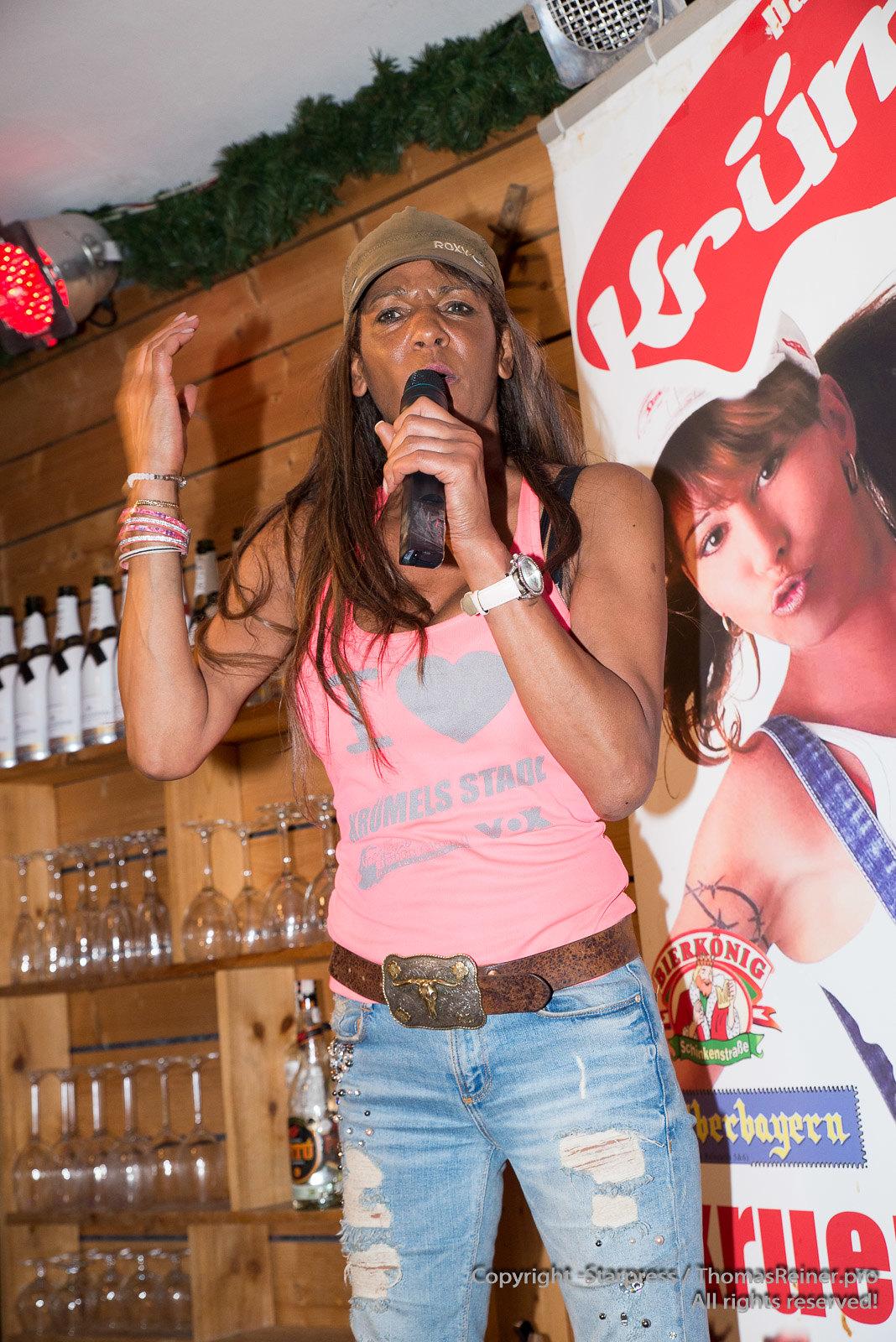 Nadja abd el Farrag sings in Kruemels Stadl in Paguera Mallorca