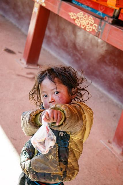 Little girl in Yarchen Gar アチェンガルゴンパ 元気な小さい女の子