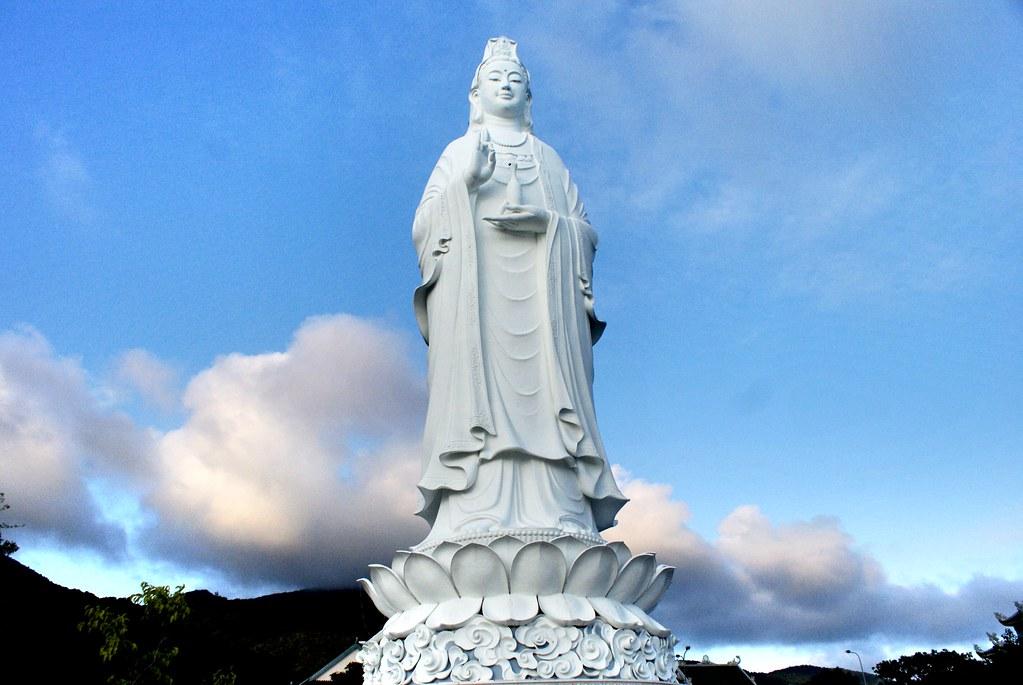 Statue de 67 mètres de haut de Quan Âm, la déesse bouddhisme de la compassion.