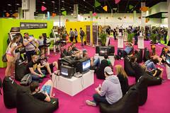 Besucher spielen Retro-Games bei der Gamescom 2017