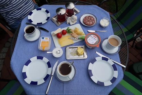 Frühstück im Garten (am vierten Morgen unseres diesjährigen Sommerurlaubs in Minden)