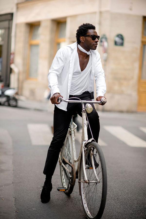 白シャツ×白Vネック無地Tシャツ×黒スキニー×黒スエードシューズ