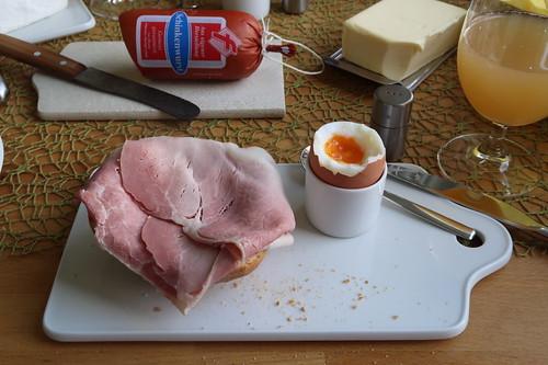 Schinken (vom Frecklinghof) auf Brötchen zum Frühstücksei (aus Jakob's Freilandhaltung)
