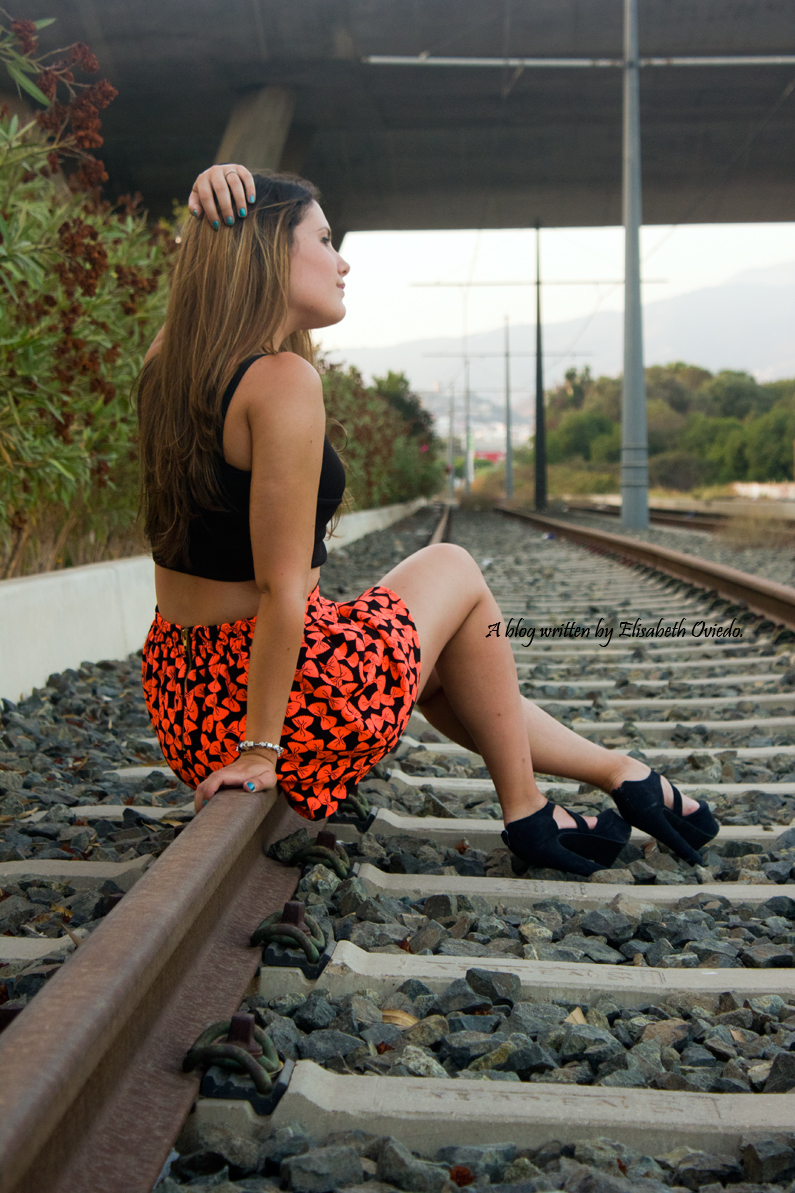 falda estampado flúor tacones negros marypaz heelsandroses elisabeth oviedo blogger barcelona malagueña (7)