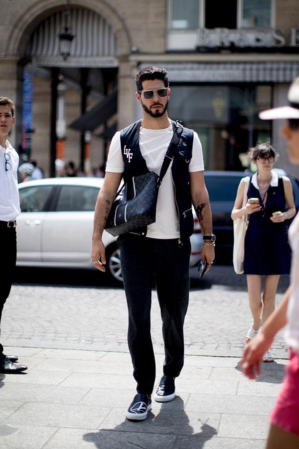 白無地Tシャツ×黒ベスト×黒パンツ×Louis Vuitton黒スリッポン