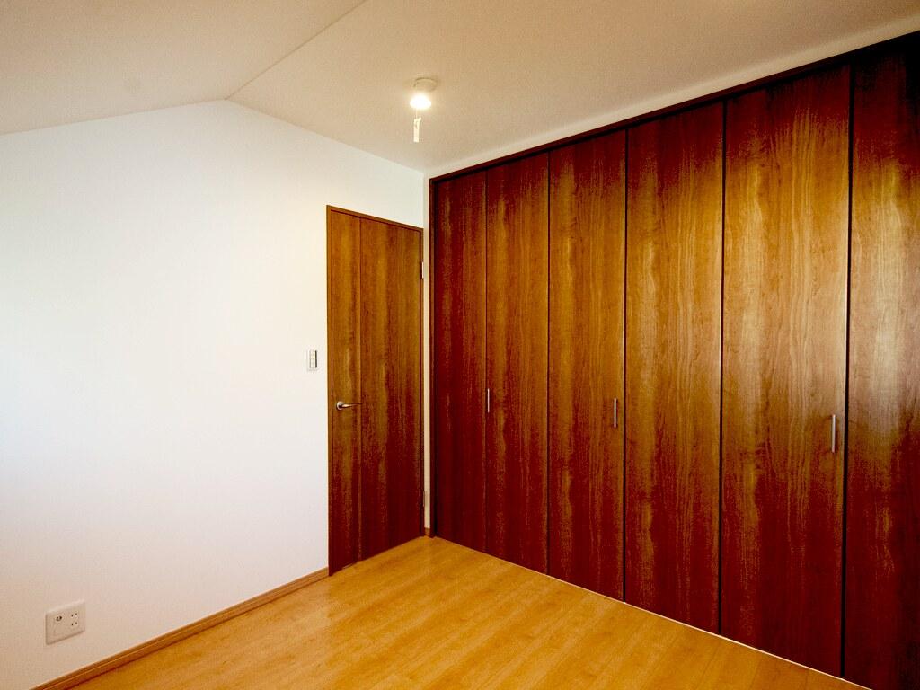 4.7帖の洋室のクローゼットと出入り口