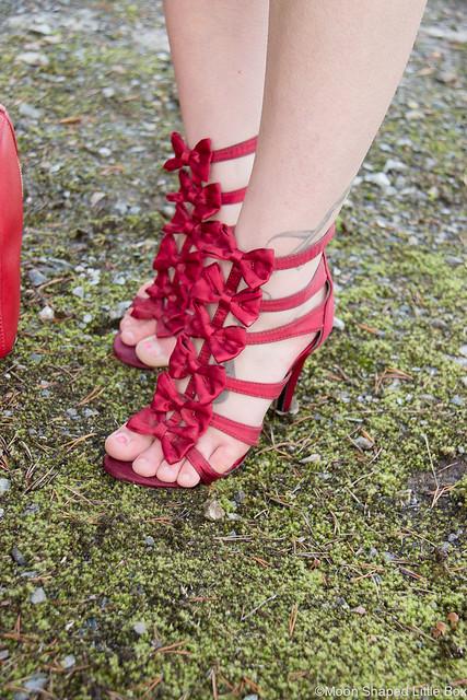OOTD tyylibloggaaja korkokengät kengät satiinikengät punaiset rusettikengät kenkäblogi bloggaaja kengät